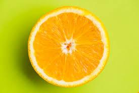 Naranjas cortadas a la mitad Descripción generada automáticamente