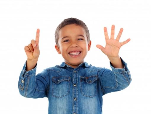 adorable-nino-contando-dedos_58409-4787